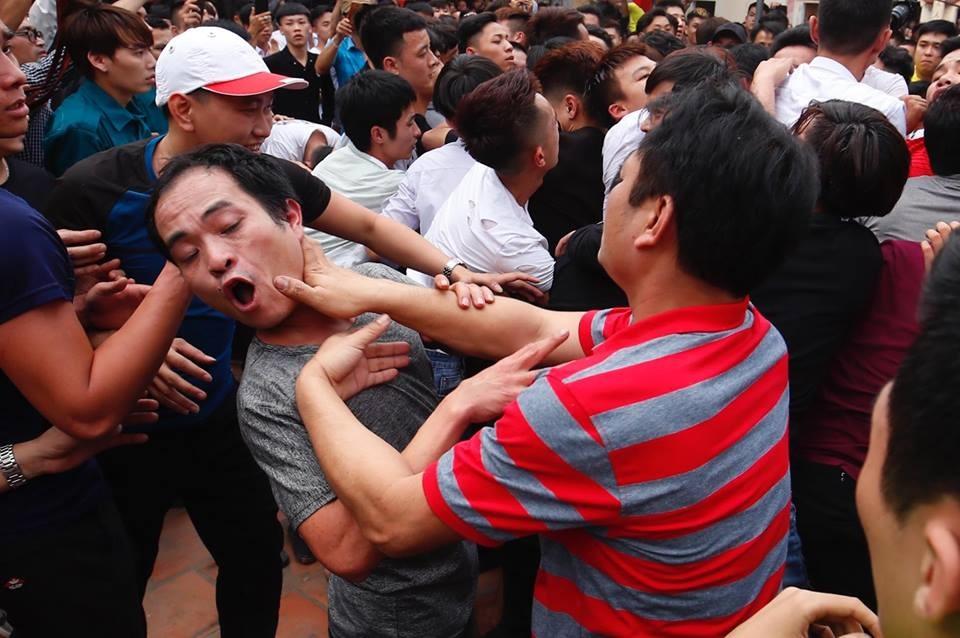 Hàng trăm thanh niên trai tráng bao vây để giành bông. Nhiều người không ngại chen lấn, giẫm đạp lên nhau trước sự chứng kiến của người đứng xem.