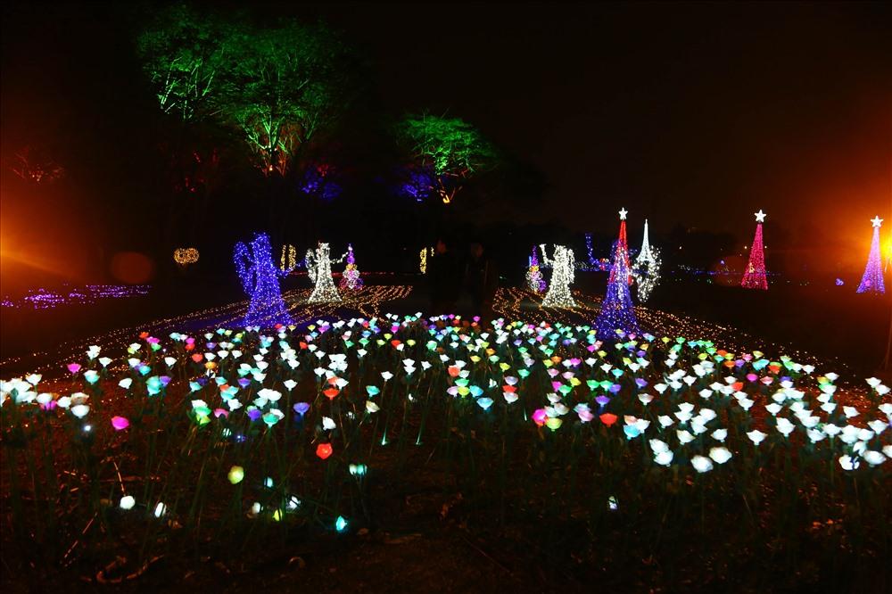 Khu vườn ánh sáng đã sử dụng tới hàng triệu bóng đèn led, bóng đèn thắp sáng để tạo khung cảnh 3D huyền ảo cho một vùng không gian rộng lớn từ cổng chào, hình khối, hình con vật cho đến lồng đèn điện treo cây...