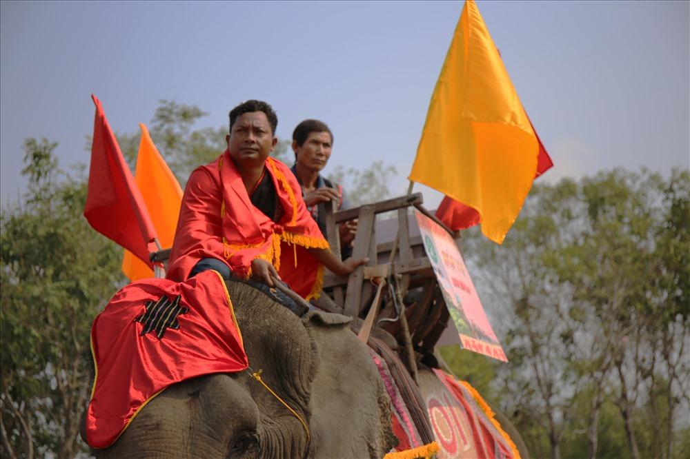 Những gương mặt căng thẳng của nài voi trước khi voi nhà bước vào đường đua.