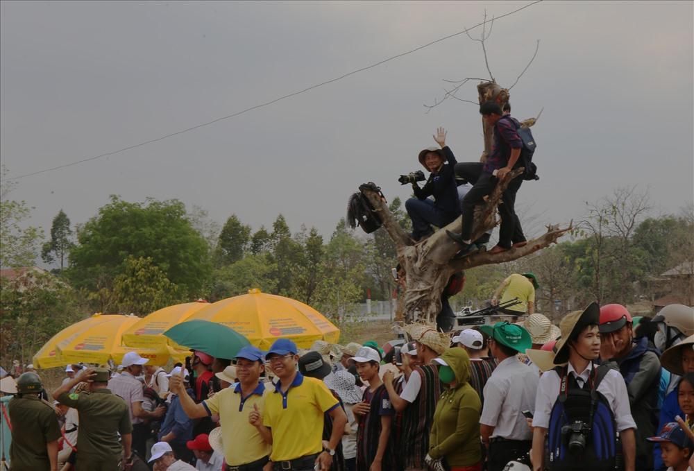 Trước khi cuộc đua kịch tính bắt đầu, hàng ngàn người dân, phóng viên tìm vị trí đẹp để theo dõi, ghi lại những khoảnh khắc đẹp trong thời gian cuộc thi diễn ra.