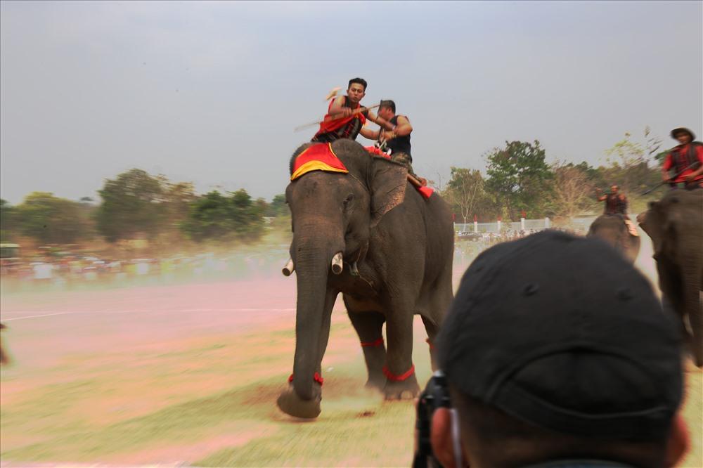 Trước sự quyết đoán của nài voi cùng khả năng bức tốc tốt, voi số 3 đã về đích đầu tiên.
