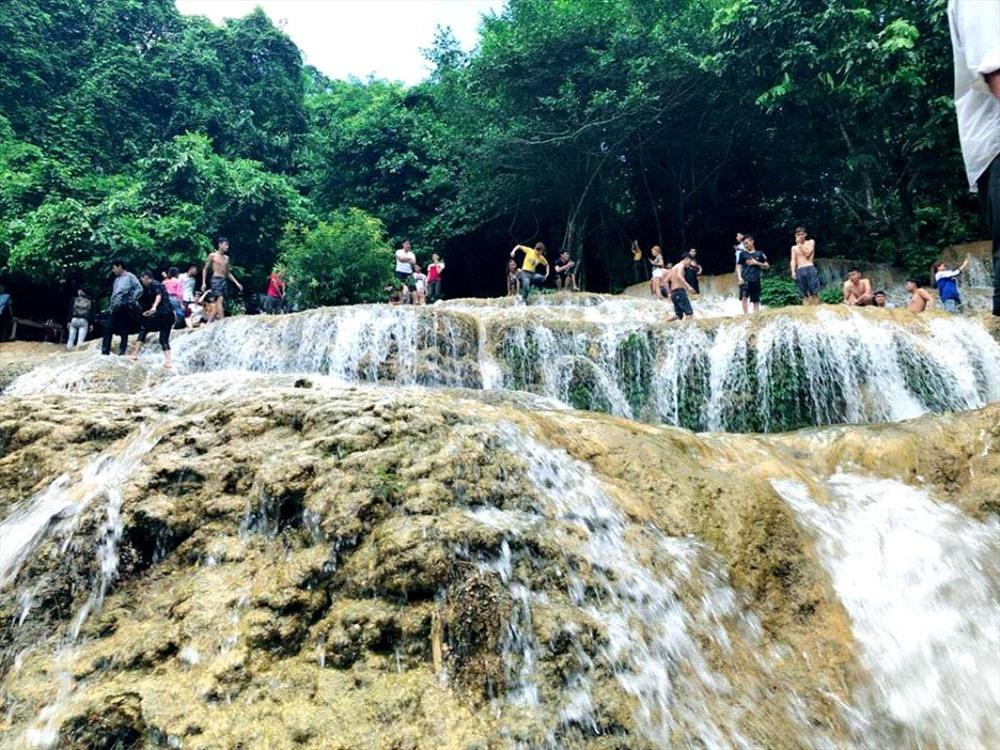 Vào mùa hè, có rất đông du khách về đây để đắm mình dưới dòng thác mát lạnh.