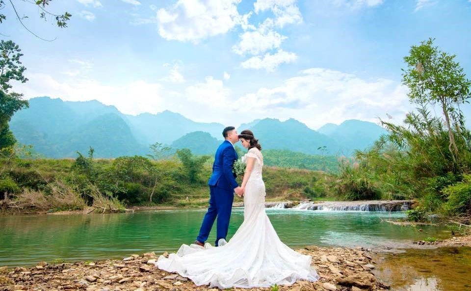 Trước một khung cảnh đầy thơ mộng bên thác nước.