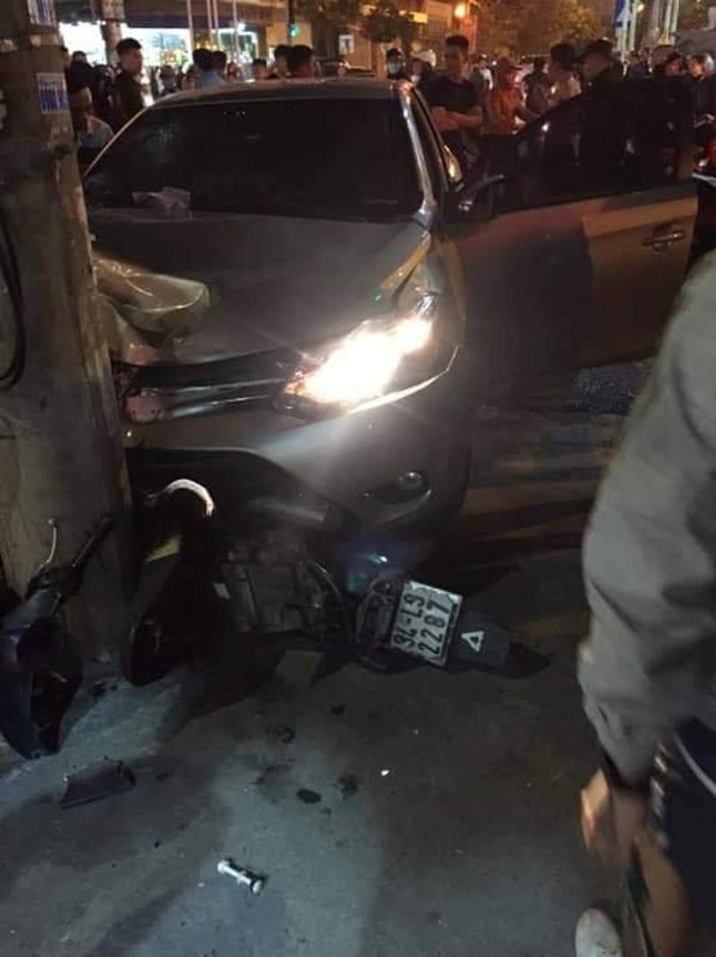 Chiếc xe chỉ dừng lại khi đâm vào cột điện.