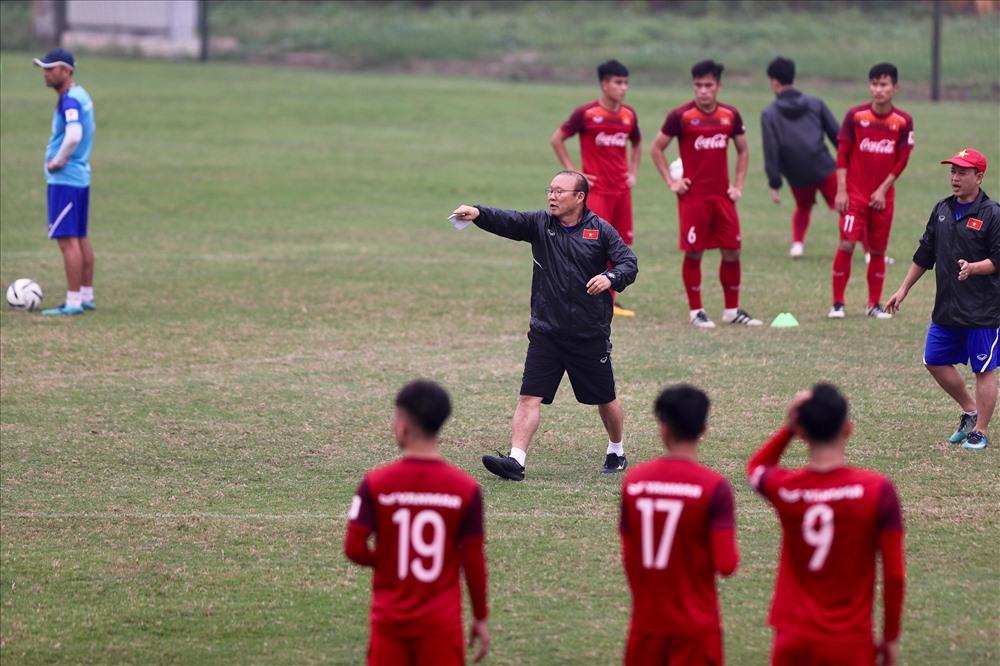 Sau buổi sáng nghỉ ngơi, thầy Park trở lại sân tập để đốc thúc các học trò luyện tập.