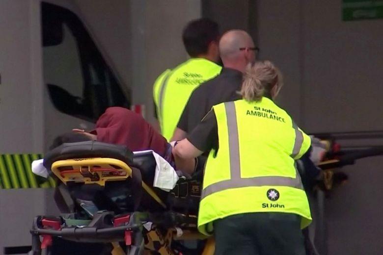 Đưa người bị thương đi cấp cứu. Ảnh: Reuters