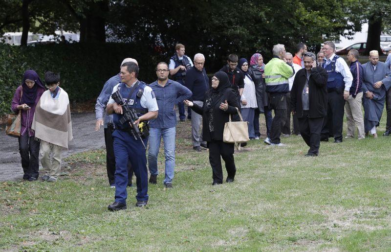 Cảnh sát hộ tống nhân chứng ra khỏi nhà thờ. Ảnh: AP