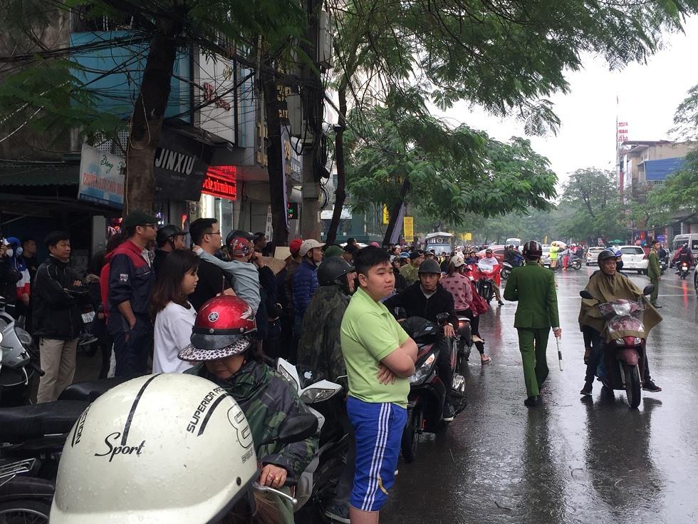 Nhiều người dân hiếu kì tập trung tại trước cửa khách sạn Sao Mai xem đám cháy