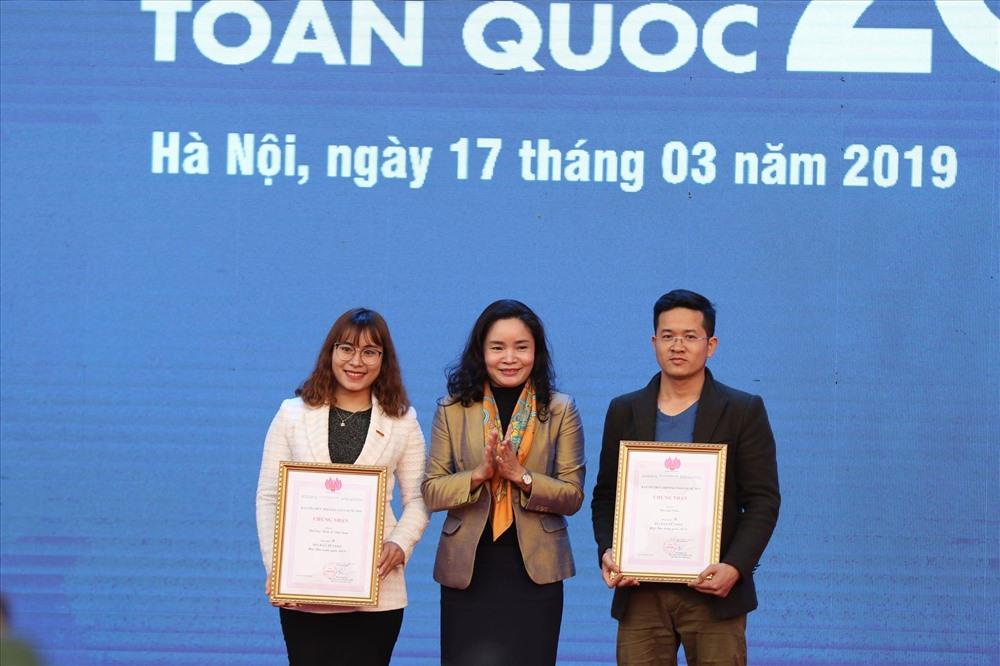 Thứ trưởng Bộ Văn hoá Thể thao và Du lịch Trịnh Thị Thuỷ (giữa) trao giải B cho phóng viên Báo Lao Động (trái).