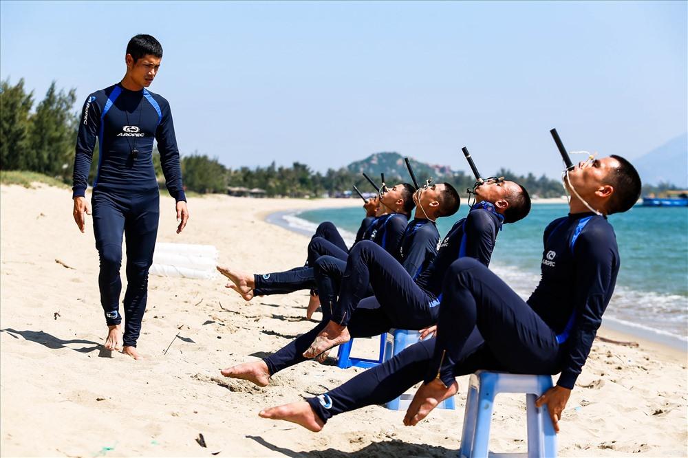 """Các chiến sĩ đặc công nước đang được huấn luyện sử dụng ống thở. Mục tiêu của bài tập này là để những """"người nhái"""" có thể ẩn mình dưới mặt biển trong nhiều giờ đồng hồ."""