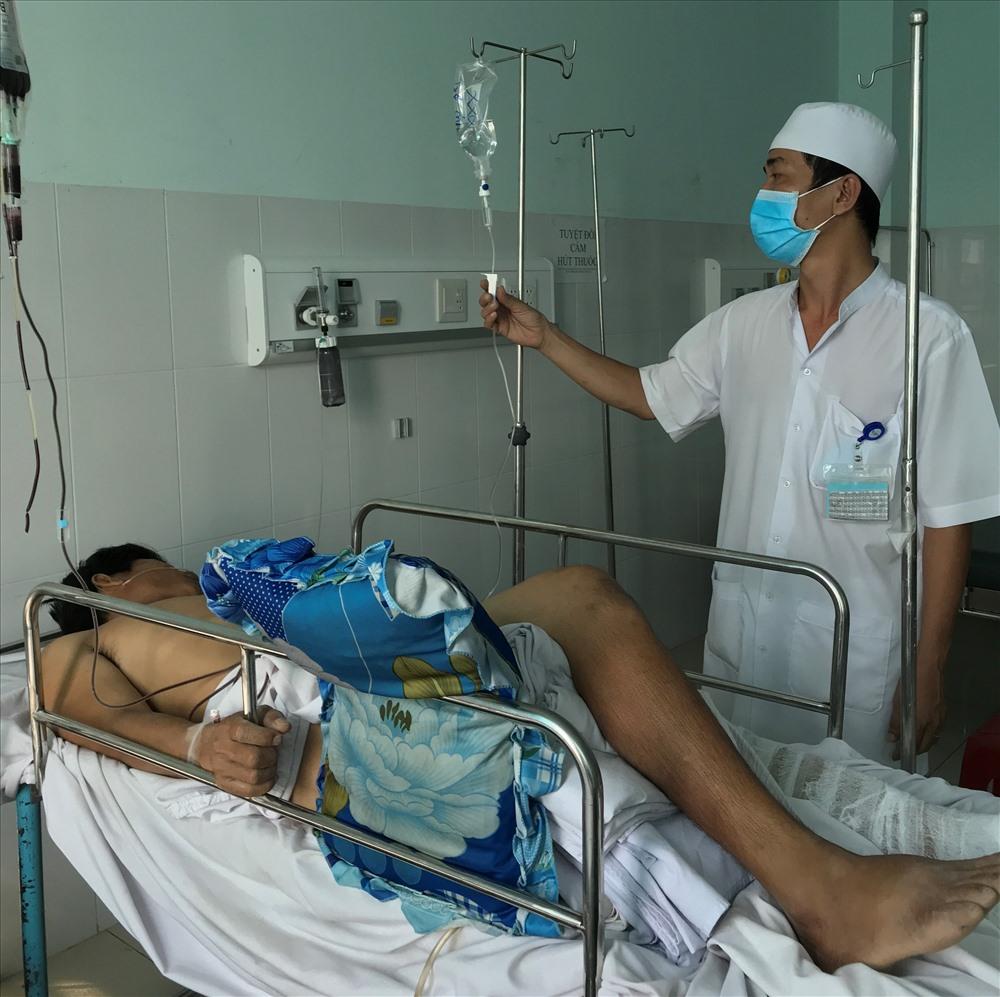 Anh Nguyễn Văn Thọ lúc đang nằm điều trị tại bệnh viện Đa khoa tình Vĩnh Long. Ảnh: P.V