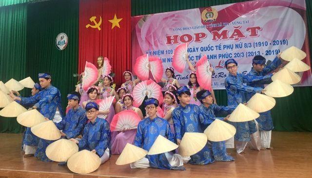 Tiết mục văn nghệ chào mừng cho Trường THPT Phú Mỹ biểu diễn. Ảnh: Nguồn CĐ ngành Giáo dục tỉnh Bà Rịa - Vũng Tàu