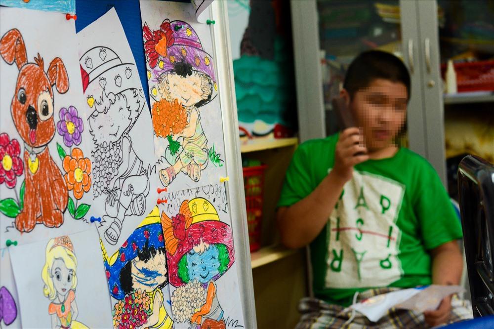 Các lớp học văn hóa dạy các em tập viết chữ, đánh vần, vẽ tranh… Các em lớn hơn một chút, khéo hơn một chút thì được các cô giáo dạy nghề làm hoa, may vá, học vi tính…
