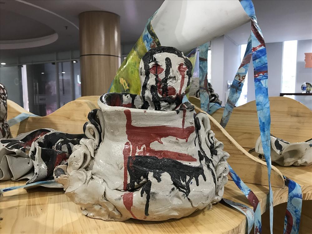 Nghệ sĩ Mark Cooper hiện sống và hoạt động nghệ thuật tại Boston, Massachusetts, Mỹ. Ông được thế giới biết đến với những tác phẩm sắp đặt tại điểm quy mô lớn, tham gia nhiều triển lãm lớn tại bảo tàng Mỹ thuật Việt Nam; bảo tàng nghệ thuật Yuan (Bắc Kinh, Trung Quốc); Đại học Lesley (Cambridge, Anh)… và trên một trăm triển lãm cá nhân và nhóm quốc tế khác. Trong ảnh là bức điêu khắc của nghệ sĩ Mark Cooper.
