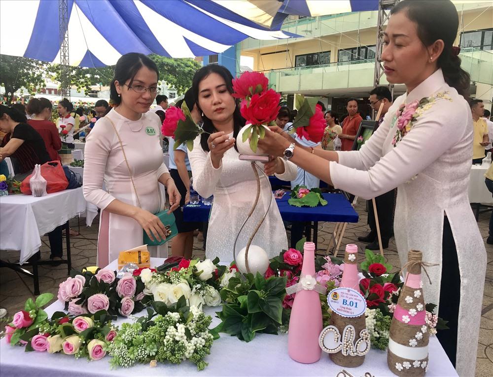 Các sản phẩm hoa sẽ được bán đấu giá gây quỹ chăm lo cho con công nhân khó khăn