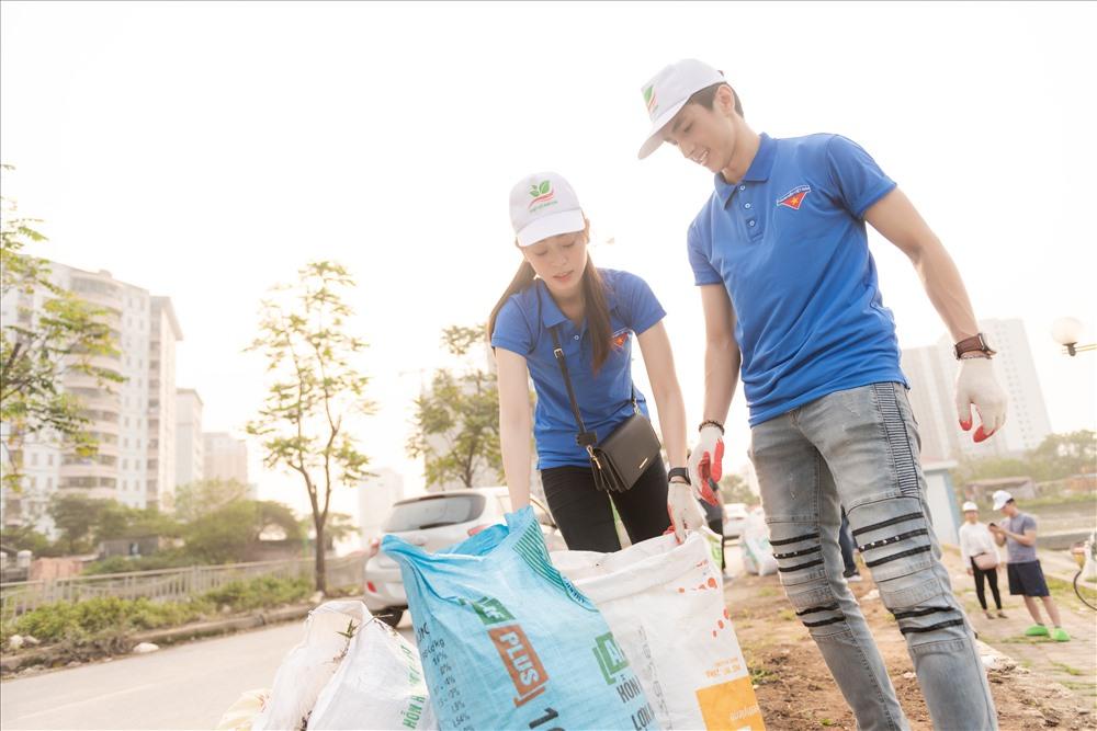 Phương Nga và Bình An cùng nhau dọn dẹp rác quanh hồ Định Công.