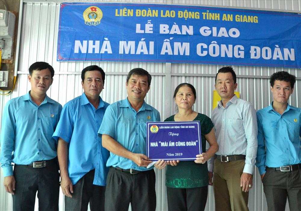 Đoàn công tác LĐLĐ An Giang do Phó chủ tịch Nguyễn Hữu Giang dẫn đầu bàn giao MÂCĐ cho đoàn viên Nguyễn Thị Náo. Ảnh: Lục Tùng