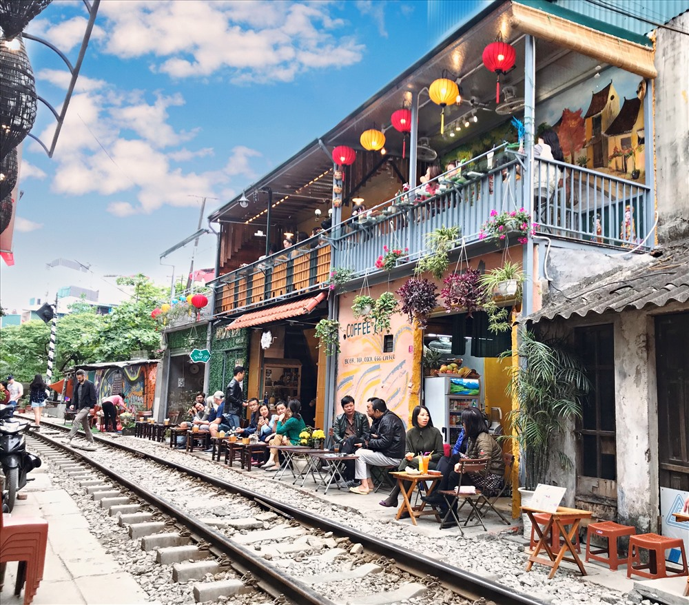 Những quán coffe xinh xắn mọc ngay trên đường ray tàu lửa đoạn đường từ Điện Biên Phủ đến Phùng Hưng thu hút đông đảo lượng khách du lịch. Sở dĩ, khách đông bởi họ thích thú với trải nghiệm ở đây. Tuy nhiên việc ngồi sát đường ray tàu lửa cũng gặp không ít những nguy hiểm rình rập.