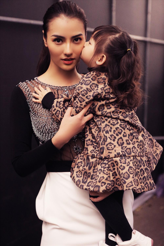 Siêu mẫu Hồng Quế hanh phúc khi con gái Cherry đến cổ vũ mẹ trình diễn thời trang.