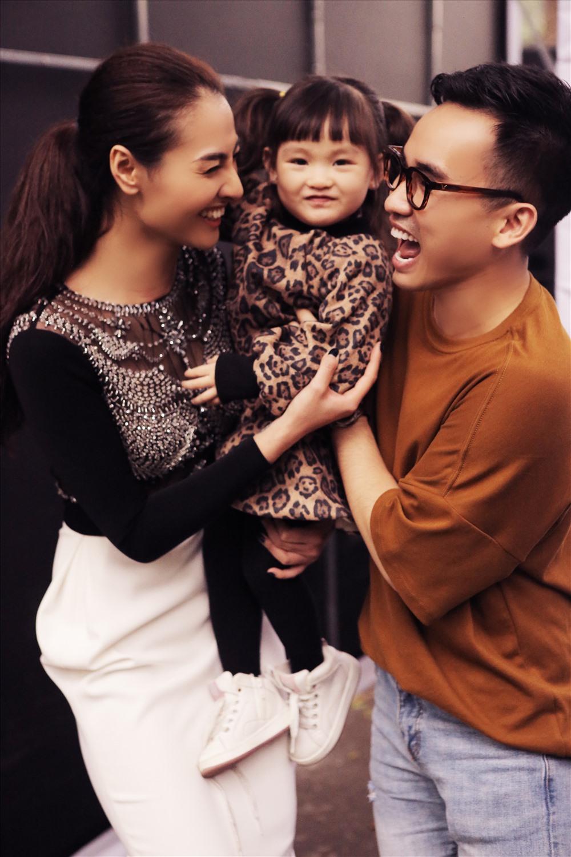 """Nhà thiết kế Hà Duy rất quý mến và ủng hộ """"mẹ một con"""" Hồng Quế khi cô trở lại với công việc người mẫu. Ảnh: Kim Bánh Trôi."""