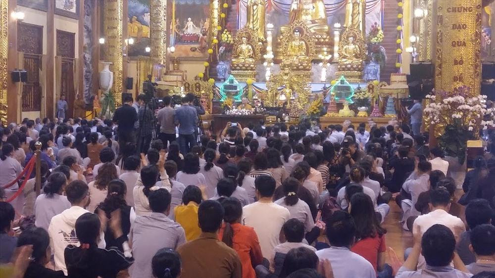 """Đại đức Thích Trúc Thái Minh có buổi nói chuyện """"livestream"""" dài 2 tiếng đồng hồ trên các trang mạng xã hội của nhà chùa và trước hàng trăm phật tử tại chùa Ba Vàng, tối 21.3.2019. Ảnh: N.H"""