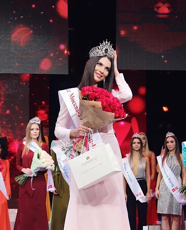 Miss Moscow - Alesia Semerenko lúc đăng quang vào hồi tháng 12 năm ngoái.