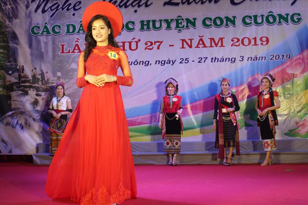 Thí sinh Hà Thảo Danh dự thi phần trang phục áo dài truyền thống