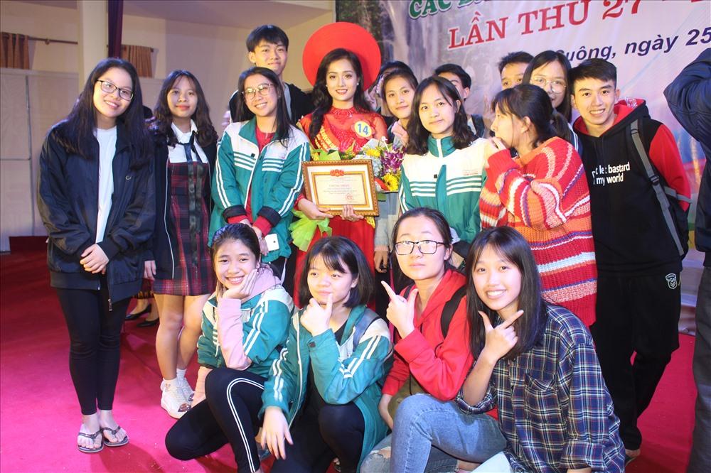 Bạn bè và người thân chúc mừng thí sinh Hà Thảo Danh dành giải nhất