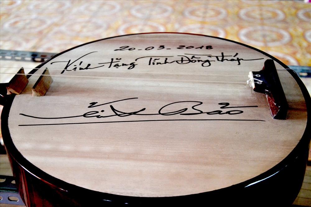 Cây đàn có bút tích và chữ ký nhạc sư tại Nhà trưng bày. Ảnh: Lục Tùng