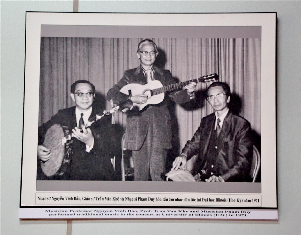 Tấm ảnh ghi lại chuyến lưu diễn của Nhạc sư với GS.TS Trần Văn Khê và nhạc sĩ Phạm Duy tại trường đại học ở Mỹ năm 1971. Ảnh: Lục Tùng