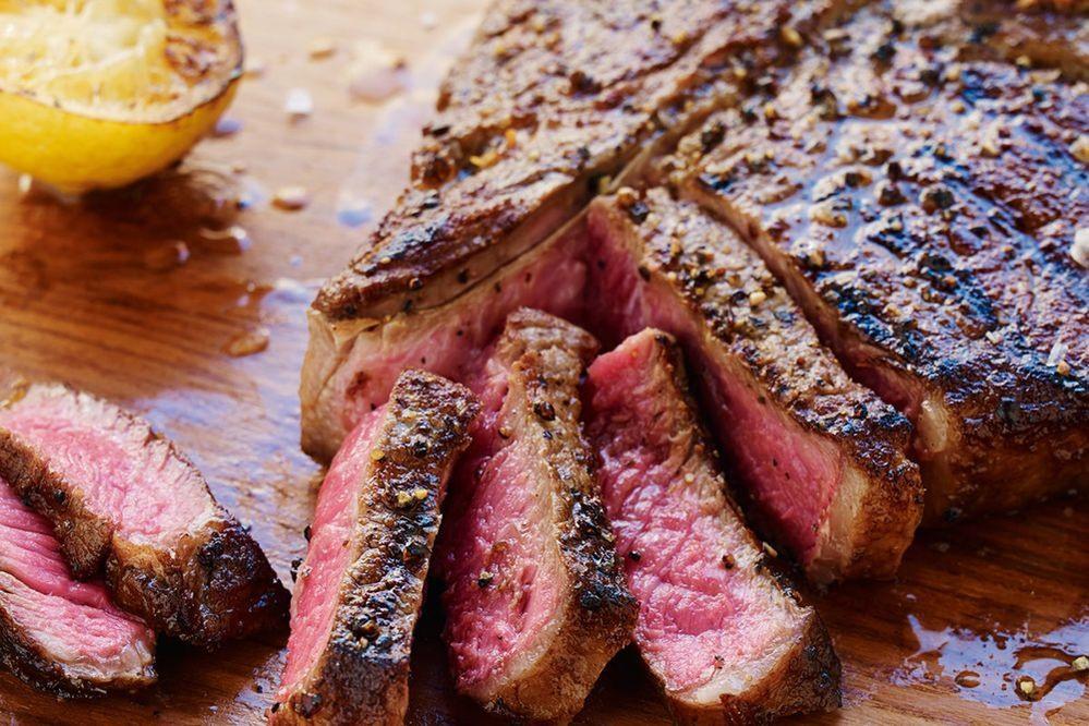 Những thực phẩm nhiều kcal như bò bít tết, cá hồi thường xuyên được bổ sung vào thực đơn của đội tuyển