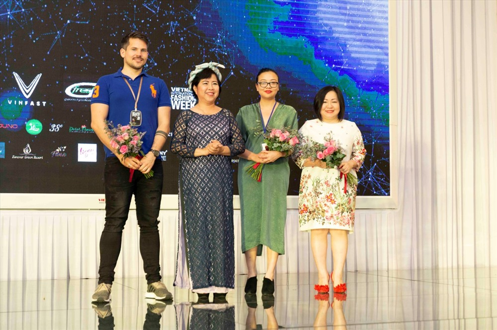 Đại diện nhà thiết kế, đơn vị hợp tác, nhà tài trợ lên sân khấu nhận hoa của ban tổ chức