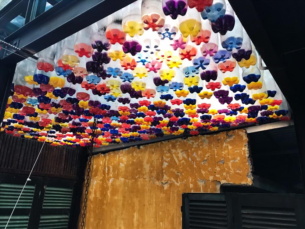 1000 chai nhựa tạo thành chùm đèn sắc màu tuyệt đẹp