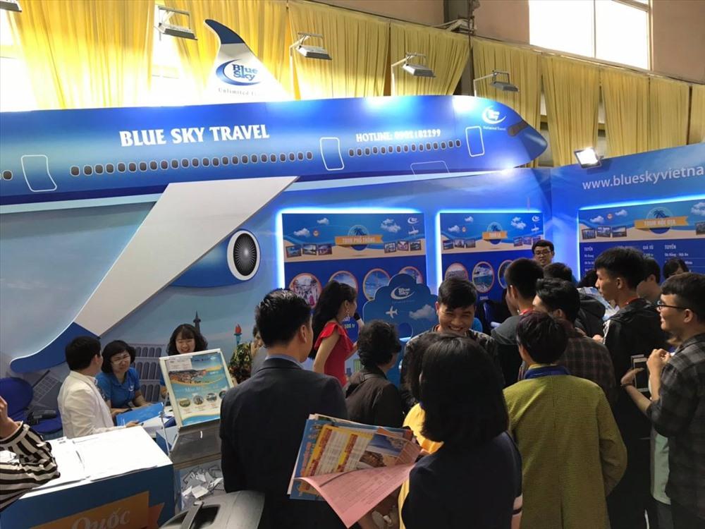 Nhiều khách tham quan tìm hiểu thông tin tại gian hàng trong Hội chợ VITM Hà Nội 2019.