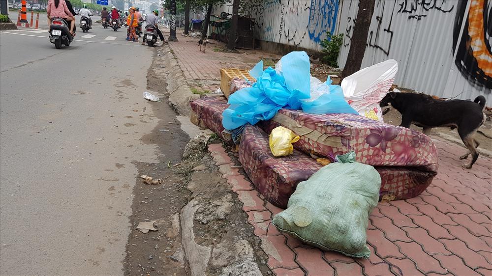 Dù liên tục được vận động bỏ rác đúng nơi quy định nhưng trên nhiều tuyến đường, nạn xả rác bừa bãi vẫn tiếp diễn. Trong ảnh là một tấm nệm lớn bị người dân vứt ra đường Nguyễn Hữu Cảnh.