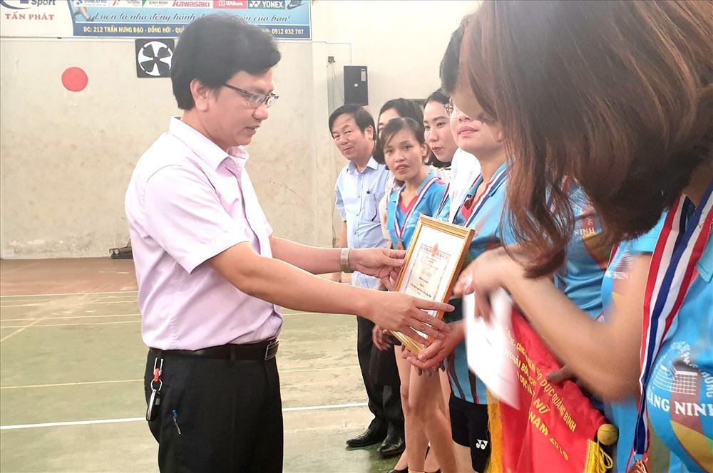 Ông Nguyễn Tất Thiện - Chủ tịch CĐ ngành GDĐT trao thưởng cho đội đạt giải. Ảnh: Lê Phi Long