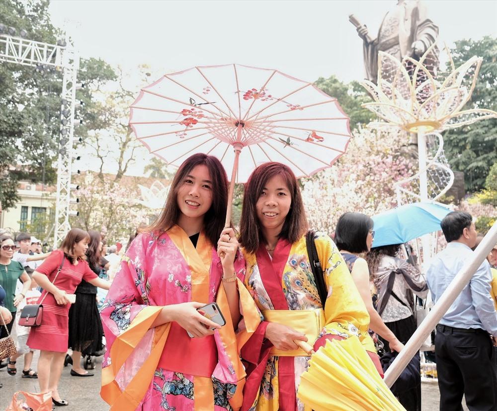 Nhiều cô gái diện Kimono để chụp ảnh với hoa anh đào. Ngân và Tâm (Hà Nội) chia sẻ: 'Mình rất yêu thích văn hóa Nhật Bản nên khi biết có lễ hội hoa anh đào bọn mình liền đến ngay. Mình cũng mơ ước một lần được đến đất nước Phù Tang.