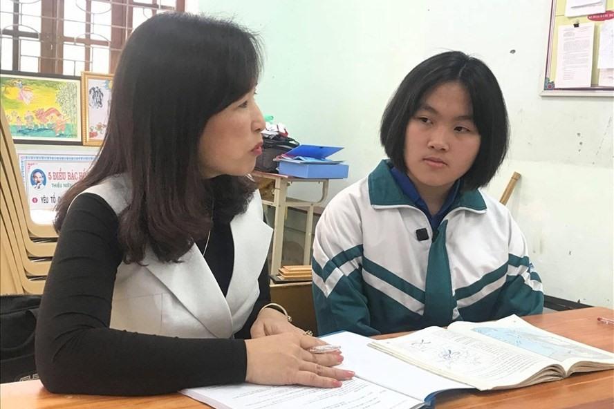 Sau mỗi tiết học, Hà lại dành thời gian trao đổi với giáo viên môn Lịch sử về những kiến thức chưa hiểu.