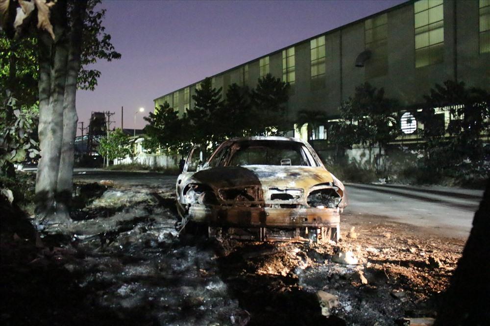 Chiếc xe ô tô cháy rụi trong chớp nhoáng.