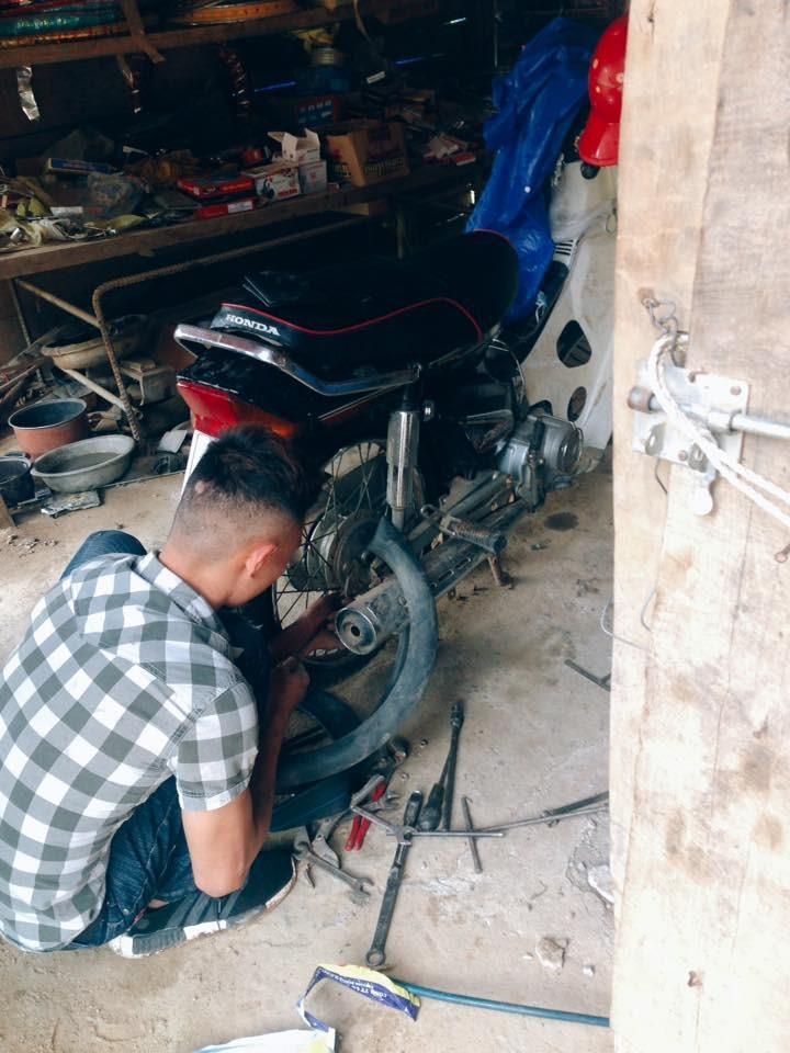 Vá lốp tại một tiệm sửa xe ở Lào. Ảnh: Hà Thị Lan