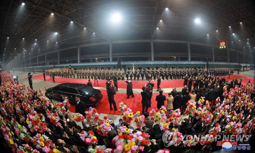 Người dân Bình Nhưỡng đón ông Kim Jong-un trở về sau chuyến công du 5 ngày. Ảnh: Yonhap/KCNA.