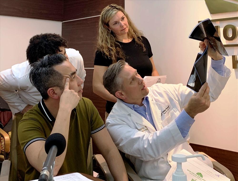 Chuyên gia Joseph M. Rosen dẫn đầu đoàn bác sĩ Mỹ phẫu thuật từ thiện cho trẻ em nghèo Việt Nam. Ảnh: PV
