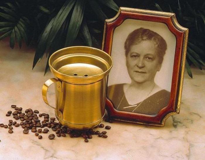 Người sáng tạo ra phin cà phê đầu tiên là Melitta Bentz, bà là người nội trợ sống tại Đức. Khi tìm cách pha một tách cà phê hoàn hảo không có vị đắng khét bà đã sáng tạo ra vật dụng này.