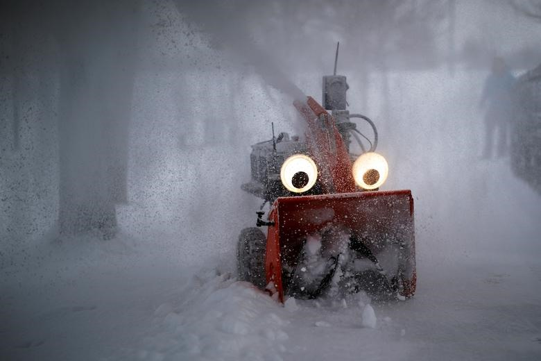 Chomper, máy thổi tuyết bán tự động, điều khiển bằng GPS được thiết kế và chế tạo bởi kỹ sư nghiên cứu từ trường MIT, Dane Kouttron, dọn tuyết sau cơn bão đêm ở Cambridge, bang Massachusetts (Mỹ).