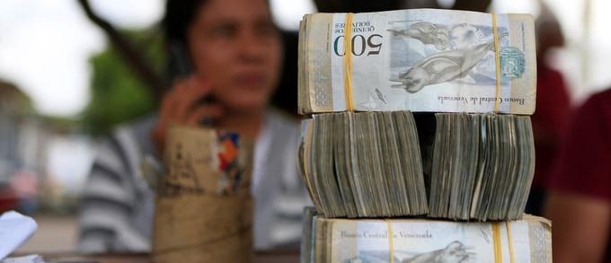 Venezuela là quốc gia có dự trữ dầu thô lớn nhất thế giới. Tuy nhiên, giá dầu giảm đã khiến họ chìm trong khủng hoảng từ năm 2014. Cuộc khủng hoảng khiến Venezuela không thể duy trì hệ thống trợ giá và kiểm soát giá cả như trước đây. Hệ quả là lạm phát ngày càng tăng tốc, nội tệ mất giá và tình trạng thiếu nhu yếu phẩm diễn ra tràn lan.