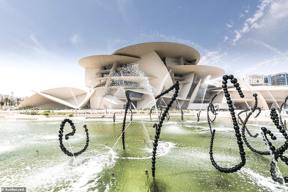 Bảo tàng Quốc gia Qatar là công trình gây chú ý đầu tiên đối với du khách đến Qatar, khi họ di chuyển từ sân bay vào trung tâm thành phố. Dọc lối vào bảo tàng dài 900 mét, với 114 đài phun nước được chạm khắc tỉ mỉ, trong khi mái của bảo tàng trông giống như một trò chơi ghép hình khổng lồ, được tạo thành từ 76.000 tấm panel với 3.600 hình dạng và kích cỡ khác nhau.