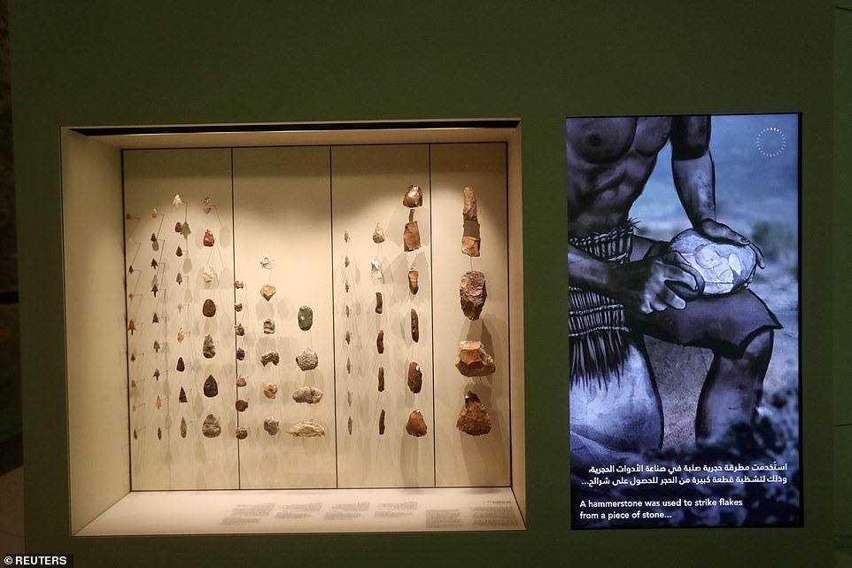 Ngoài ra, còn có những khảo cổ vật thời tiền sử, những mô hình sinh vật trên sa mạc, bộ xương hóa thạch khủng long và hơn 600 tác phẩm nghệ thuật từ khắp nơi trên thế giới.