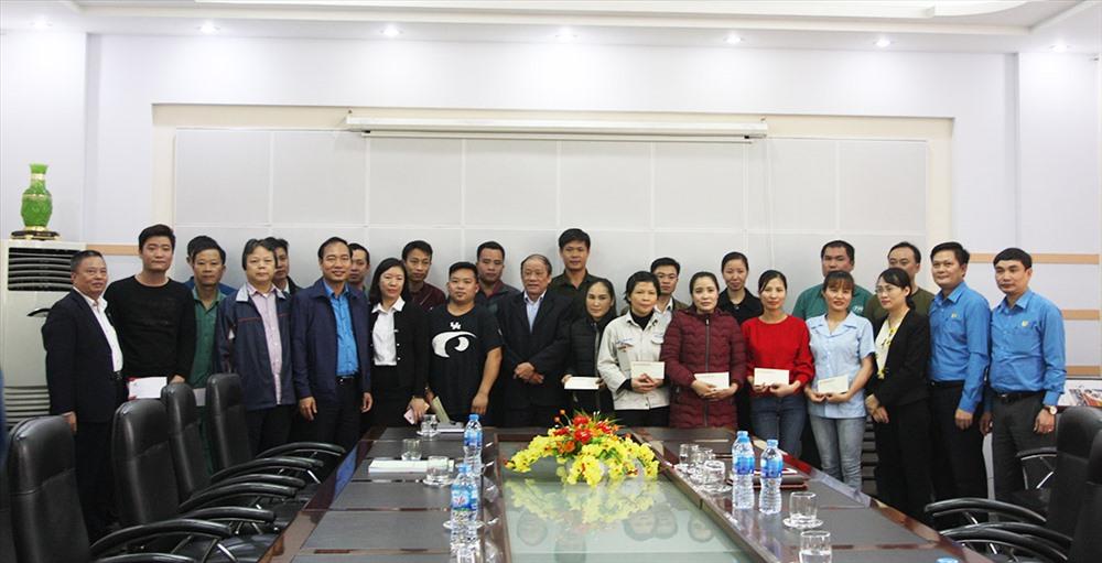 Đoàn công tác của CĐ Công thương Việt Nam tặng quà CNLĐ Cty CP gang thép Thái Nguyên. Ảnh: M.Tuấn
