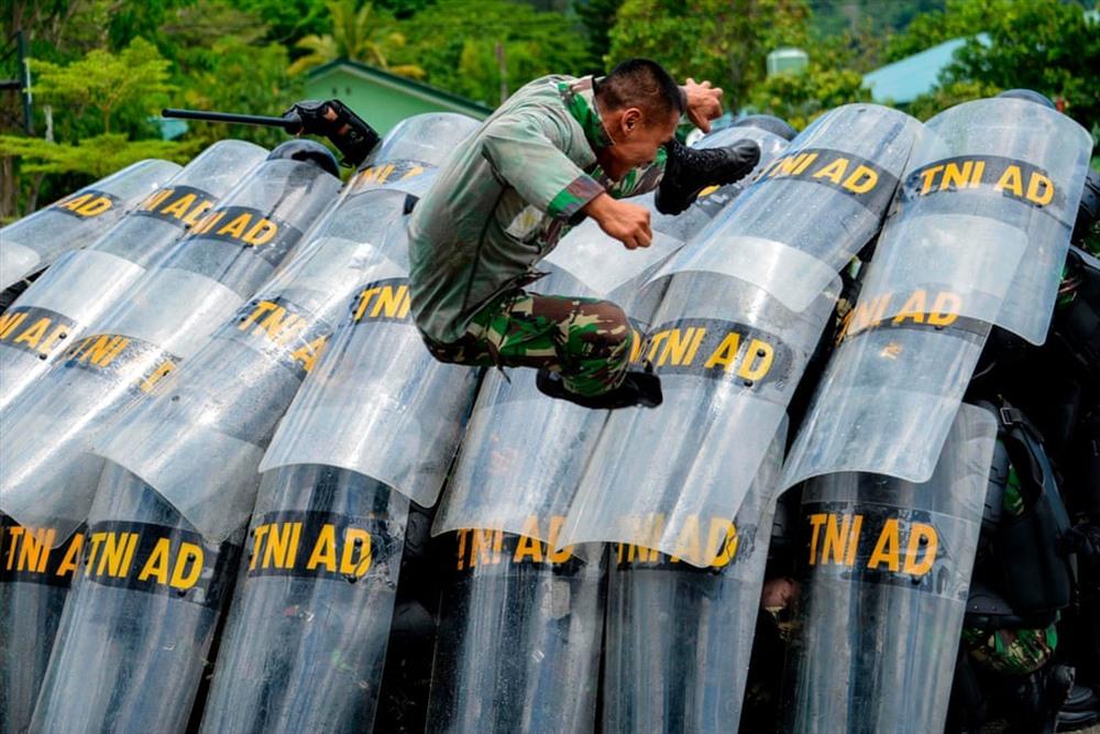 Các binh sĩ tham gia một cuộc tập trận bạo loạn tại căn cứ quân sự trước cuộc tổng tuyển cử vào ngày 17/4 (Ảnh: Chaideer Mahyuddin / AFP / Getty Images)