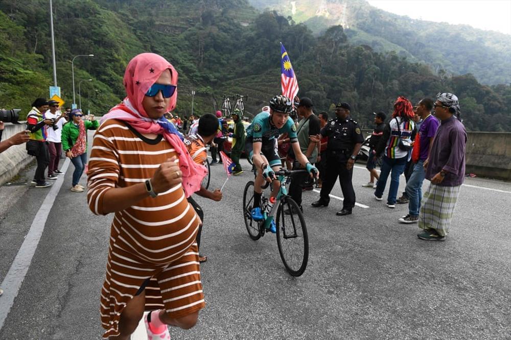 Khán giả cổ vũ khi những người đi xe đạp lên dốc trong chặng thứ tư của giải De Langkawi (Ảnh: Mohd Rasfan / AFP / Getty Images)